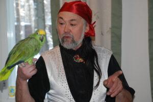 попугай в гостях у именинника